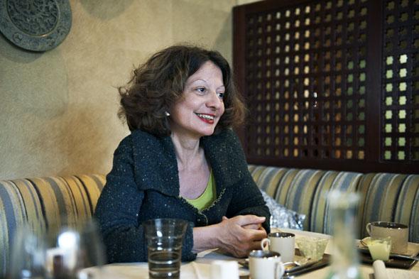 Marie Santiago-Delefosse se raconte à une table du restaurant Obeirut, parenthèse libanaise au cœur de Lausanne. © Catherine Gailloud