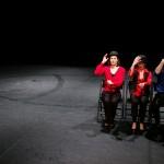 Sur la scène de La Grange de Dorigny, le théâtre de l'UNIL, lors du festival Objectif Mars. «La guerre, notre poésie» a été conçu et mis en scène par Jean-Michel Potiron, artiste en résidence. Avec les comédiens Lucienne Olgiati H., Claire Ruppli et Renaud Schaffhauser. Photo Mario del Curto.