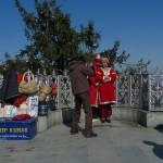 A Shimla, au nord de l'Inde, un couple en costume de mariés cachemiri prend la pose devant les montagnes, le 9 février 2012. Dans le cadre d'un travail de recherche de terrain, Raphaël Rousseleau, professeur de l'Institut religions, culture et modernité, et Francis Mobio, chargé de cours, photographe et cinéaste, ont mené des entretiens sur la manière dont les touristes indiens s'approprient ce paysage enneigé pour célébrer leurs lunes de miel. Photo Francis Mobio.