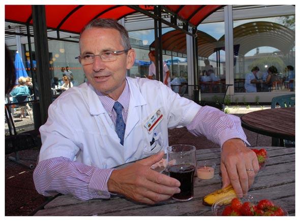 Jean-François Delaloye. Le professeur associé à la Faculté de biologie et de médecine prend un repas léger à la cafétéria du CHUV. © Nicole Chuard