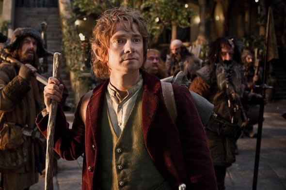 Alors qu'il ne rêve que de tranquillité, Bilbo (Martin Freeman dans le film) va devoir courir les routes avec une compagnie de Nains. © 2012 Warner Bros. Ent. All Rights Reserved.