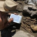 Mandeure (F). Guillaume Nicolet dessine le squelette d'un homme qui fut enterré dans une église bâtie entre la fin du IVe et le début du Ve siècle. Photo Alban Kakulya