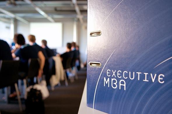 Les enseignants attendent beaucoup de participation de la part des étudiants de l'Executive MBA (ici, la volée 2011-2012). Félix Imhof © UNIL