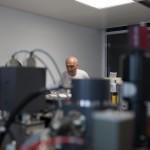 Lukas Baumgartner, professeur et responsable du Centre de compétence en analyse de surface des matériaux, lors de l'installation de la sonde ionique. Photo Luca Da Campo - Strates