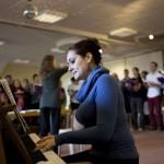 Le Choeur universitaire en répétition à Leysin. Atena Carte, pianiste. © Luca da Campo - Strates