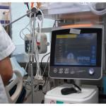 La machine sur la photo est le respirateur, qui supplée à la fonction respiratoire de la personne soignée. Celle-ci est ventilée grâce à un tube introduit dans sa trachée. © Nicole Chuard. Remerciements à l'équipe du Service de médecine intensive adulte du CHUV.