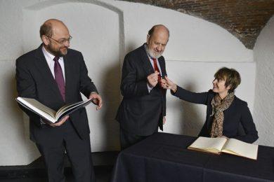 Martin Schulz, président du Parlement européen (à g.), José Maria Gil-Robles, président de la Fondation, ainsi que Micheline Calmy-Rey. © Sébastien Féval / FJME