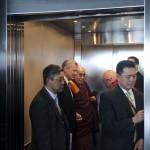 Le Dalaï Lama. A sa droite, le recteur Dominique Arlettaz. En face, Matthieu Ricard. © David Prêtre / Strates