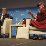 Le vice-recteur Philippe Moreillon et le Dalaï Lama. © David Prêtre / Strates