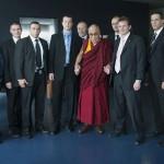 Le Dalaï Lama et la sécurité. © David Prêtre / Strates