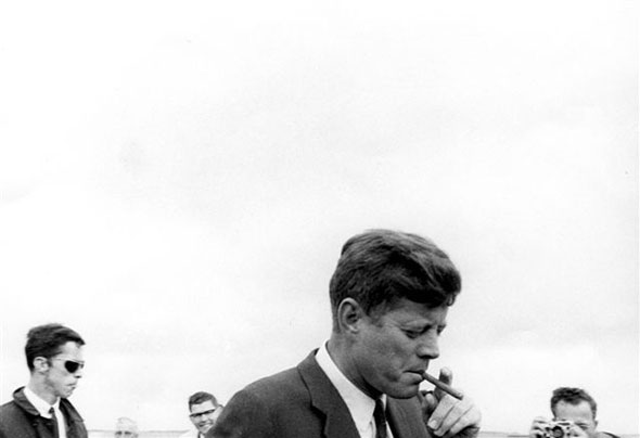 J. F. Kennedy fume un cigare à son arrivée à Hyannis Port, le 11 mai 1963. © Keystone/AP Photo/John F. Kennedy Library/Cecil Stoughton