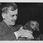 """Avec Chip, le chien de Berthe Buchet-Ramuz, dans les années 1930. Photographie de Fred Schmid, tirée de """"Vies de C. R. Ramuz"""". Par Daniel Maggetti et Stéphane Pétermann. Slatkine (2013), 191 p."""