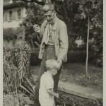"""C. F. Ramuz dans le jardin de La Muette avec son petit-fils Guido Olivieri, dit «Monsieur Paul», en 1943. Photographie d'Henry-Louis Mermod, tirée de """"Vies de C. R. Ramuz"""". Par Daniel Maggetti et Stéphane Pétermann. Slatkine (2013), 191 p."""