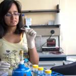 """Aparna Pandey a 19 ans et étudie à l'Université Jacobs de Brême, au niveau du bachelor. Avec le groupe du prof. David Gatfield, elle s'est intéressée notamment à """"l'extinction de gène"""" ou """"gene silencing"""". Photo Félix Imhof © UNIL"""