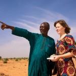 Niamey (Niger). Propriétaire de terres agricoles, Boubacar Ganda guide Ursula Meyer, doctorante à l'Institut de géographie et durabilité, au travers de la «Ceinture verte». Photo Maurice Ascani.