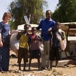 Niamey (Niger), Ceinture Verte. Ursula Meyer et son collaborateur Najoum Alhassane entourent des enfants qui participent à l'économie parallèle des fissi-étages. Ils récupèrent des bouteilles en PET, qu'ils revendent ensuite à des femmes. Celles-ci les remplissent de jus de gingembre, de citron ou de bissap (hibiscus) afin de les vendre à leur tour. Photo Maurice Ascani