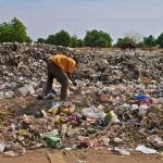 Niamey (Niger), Ceinture Verte. Cette dernière sert de dépotoir officieux à Niamey, qui souffre d'un problème certain d'évacuation des déchets. Certaines couches d'ordures, où se baladent des chèvres, sont si épaisses qu'on les appelle fissi-étages. Fissi pour ordures en zarma, et étages pour évoquer la notion de bâtiment. Une économie parallèle de recyclage s'est mise en place. Photo Maurice Ascani