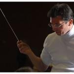 Le chef invité Luc Baghdassarian. Les musiciens de l'Orchestre symphonique et universitaire de Lausanne (OSUL) répètent la Symphonie n° 1 de Tchaïkovsky, le 6 novembre 2013, dans l'auditoire 351. Photo Nicole Chuard © UNIL