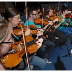 Les musiciens de l'Orchestre symphonique et universitaire de Lausanne (OSUL) répètent la Symphonie n° 1 de Tchaïkovsky, le 6 novembre 2013, dans l'auditoire 351. Photo Nicole Chuard © UNIL