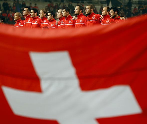 Equipe nationale. Les joueurs suisses pendant l'hymne national, avant un match amical contre la Corée du Sud, le 15 novembre 2013 à Séoul. © Kim Hong-Ji / Reuters