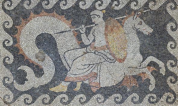 Réalisée probablement au milieu du IVe siècle av. J.-C., cette œuvre orne l'une des salles de la Maison aux mosaïques à Erétrie (Eubée, Grèce). Elle représente Thétis chevauchant un monstre marin. La Néréide apporte de nouvelles armes à son fils Achille. Photo Andreas Voegelin