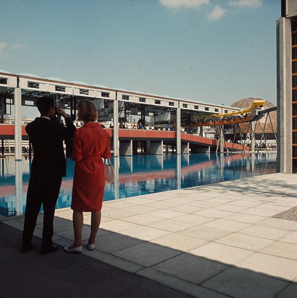 Cette photographie a été prise dans le secteur Communications et Transports de l'Expo 64. Sur la droite circule le monorail qui permettait aux visiteurs de découvrir le site d'en haut. © Tomamichel
