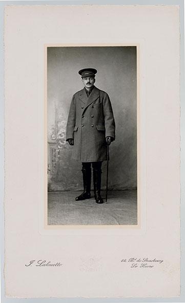 Guy de Pourtalès portant l'uniforme kaki qu'il s'est fait faire en vue de son affectation auprès de l'armée britannique. Le port de la moustache est alors de rigueur dans les troupes anglaises. © J. Lalouette (Le Havre) / Laurent Dubois / BCU Lausanne / CRLR