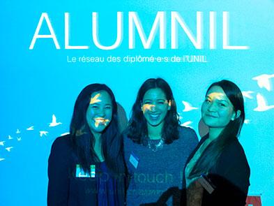 Caroline Tran (à g.) et Lucie Barone (à dr.) encadrent Elsa Bouzaglo, ambassadrice du réseau ALUMNIL et stagiaire HEC auprès du Swissnex Shanghai.