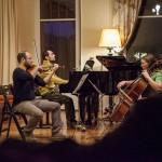 Gabriel, Carlo et Andrea jouent le Trio en do mineur de Bruch, alors que le soir tombe sur la villa La Chance, à Blonay. Photo © Michaël Ottenwaelter 2014 - Strates