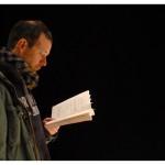 Matthias Urban, metteur en scène en résidence, plongé dans le texte de la pièce. Théâtre La Grange de Dorigny, le 20 février 2015. Répétition de Vernissage de Vaclav Havel. Photo Nicole Chuard © UNIL