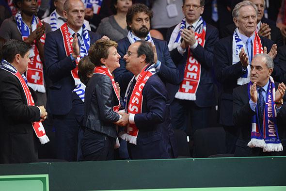 La conseillère fédérale Simonetta Sommaruga et François Hollande, lors de la finale de la Coupe Davis remportée par la Suisse, le 22 novembre 2014 à Lille. © DUKAS / Corbis