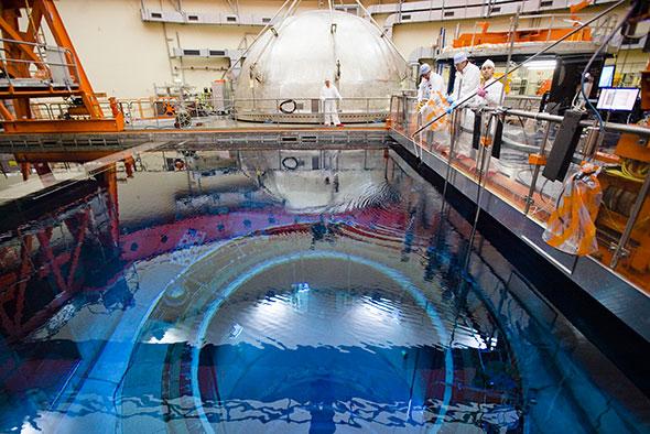 Leibstadt (AG) . Mis en service en 1984, ce réacteur est apte à fonctionner 60 ans, soit jusqu'en 2044. Le peuple pourrait être amené à voter à ce sujet. © Reuters/Michael Buholzer