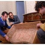 Denis Decrausaz, Dave Lüthi (professeur) et Gilles Prod'hom (assistant) examinent une commode du XVIIIe siècle dans le Grand salon du Château de La Sarraz. Photo Nicole Chuard © UNIL
