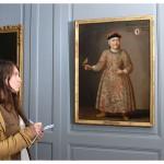Vanessa Diener et un portrait, au Château de La Sarraz. Photo Nicole Chuard © UNIL