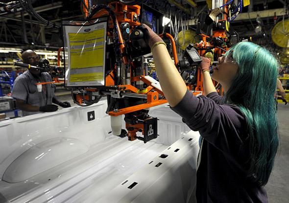 Ford a commencé à rapatrier des emplois depuis le Mexique vers les Etats- Unis. Ici, l'employée Denell Sadler travaille sur une chaîne de montage à Kansas City (Missouri). © Dave Kaup / Reuters.
