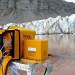 Le Lidar, un appareil de mesure précis basé sur le laser. En face, le glacier Tunabreen. Photo © Antonio Abellan / Risk Analysis Group