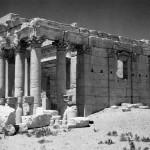 Palmyre (Syrie), entre 1954 et 1956. Cette photographie du temple de Baalshamin a été prise lors de la campagne de fouilles menée par l'archéologue suisse Paul Collart. © Fonds Photographique Paul Collart / IASA - UNIL