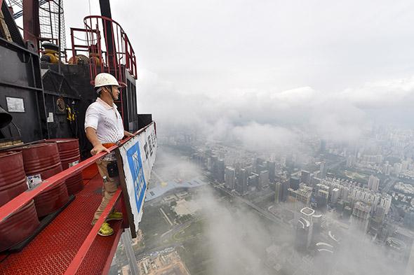 Shenzhen. Vue sur la ville depuis le sommet d'une grue, lors de la construction du Pingan International Financial Center. En 2015, la croissance économique chinoise a été de 6,9 %, la plus basse depuis 25 ans. ©Mao Siqian/XINHUA-REA