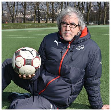 Yves Débonnaire. Il enseigne à l'Institut des sciences du sport de l'UNIL. Il est aussi responsable du Service de l'instruction à l'Association suisse de football (ASF) et sélectionneur suisse des M17. Nicole Chuard © UNIL