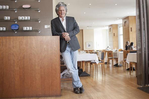 Jacques Ehrenfreund. Au restaurant BG Café du Bon Génie à Lausanne. © Pierre-Antoine Grisoni / Strates