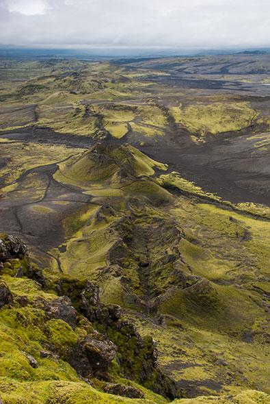 Le Laki est constitué de plus de 100 cratères alignés sur 27 kilomètres, le long d'une fissure. Cet ensemble évoque le type de formations qui ont donné naissance à de gigantesques provinces volcaniques. © Lenpvi/Thinkstock