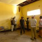 Les chercheurs tentent d'attraper des chauves-souris à l'épuisette. La photo a été prise dans le village de Satau, où une colonie de chiroptères niche sous le toit d'un centre culturel. Photo Luca Fumagalli