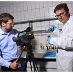 Le réalisateur David Monti et le professeur Christophe Champod, lors d'une expérience en laboratoire. Photo Nicole Chuard © UNIL
