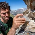 La mousse créée par l'acide chlorhydrique indique qu'il s'agit d'une roche calcaire. Photo F. Ducrest © UNIL
