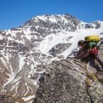 Parallèlement à son poste d'assistant-doctorant à l'UNIL, Adrien Pantet est également guide de haute montagne. Au second plan, le mont de l'Etoile culmine à 3370 m. Photo F. Ducrest © UNIL