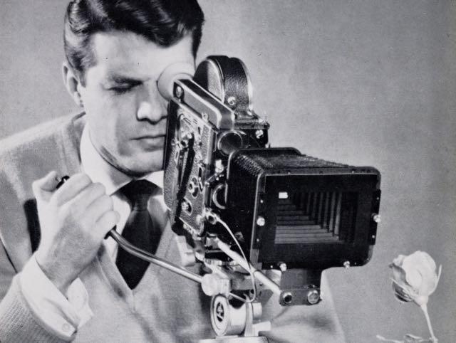 Photographie publicitaire Paillard présentant une caméra Bolex H16 Reflex équipée d'un compendium-parasoleil (détail).