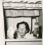 Catherine Colomb aux Passiaux, photographie d'Henriette Grindat, février 1959 (fonds C. Colomb, CLSR / © Fotostiftung Schweiz)