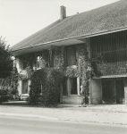 La maison de Gustave Roud à Carrouge. Madeleine Roud se tient au premier plan (fonds G. Roud, CLSR / © AAGR)