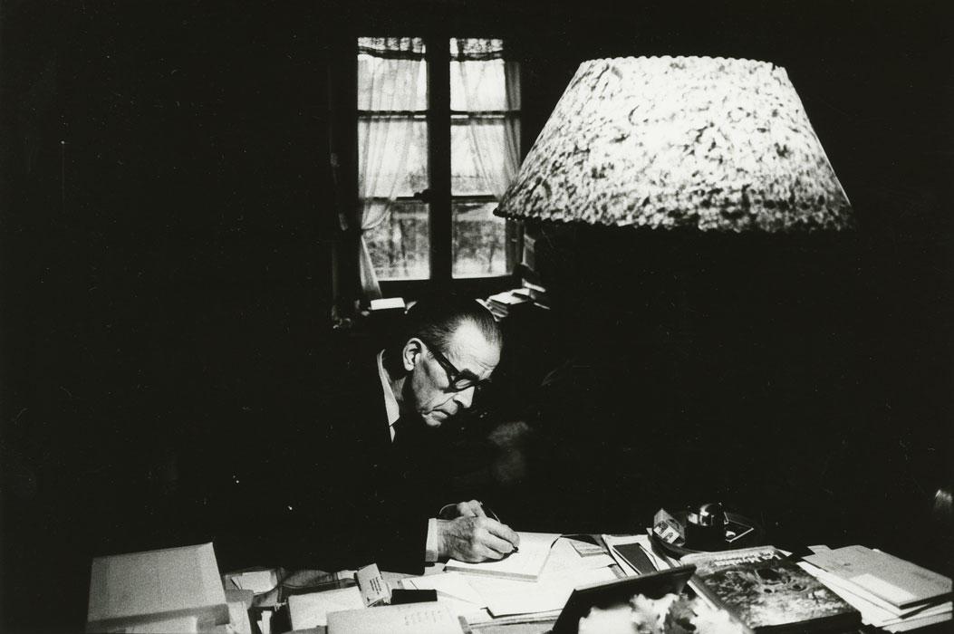 Gustave Roud, photographié par Simone Oppliger (fonds G. Roud, CRLR / © Mémoires d'Ici, Centre de recherche et de documentation du Jura bernois, fonds Simone Oppliger)