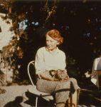 Catherine Colomb dans le jardin de sa maison, Prilly (fonds C. Colomb, CLSR)